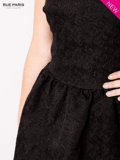Czarna rozkloszowana sukienka z żakardowego materiału                                  zdj.                                  5