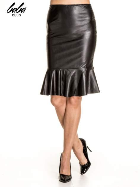 Czarna skórzana spódnica z falbaną