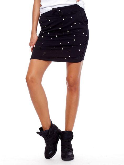 Czarna spódnica dresowa z perełkami i kieszeniami                              zdj.                              1