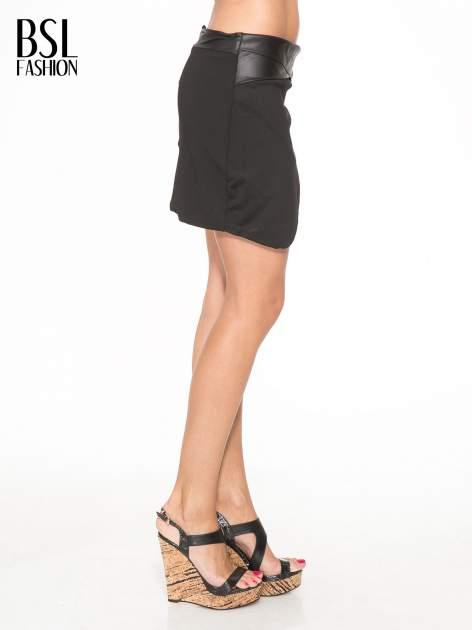 Czarna spódnica kopertowa ze skórzanym pasem                                  zdj.                                  3