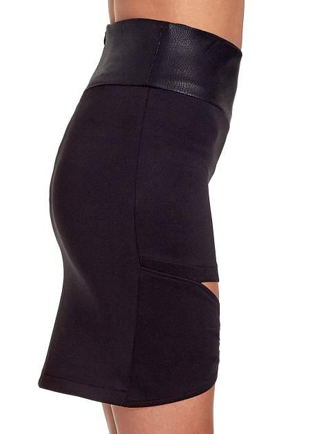 Czarna spódnica mini ze złotą klamrą                                  zdj.                                  6