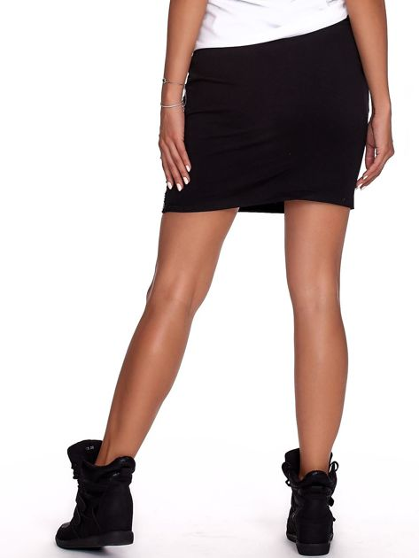 Czarna spódnica z tekstowymi lampasami                              zdj.                              2