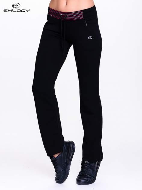 Czarna spodnie dresowe z czerwoną wstawką                                  zdj.                                  1
