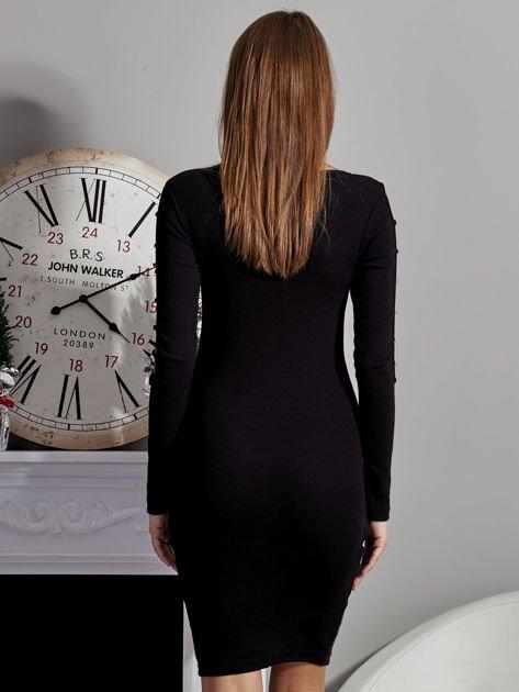 Czarna sukienka codzienna ze złotymi kółkami na rękawach                              zdj.                              2