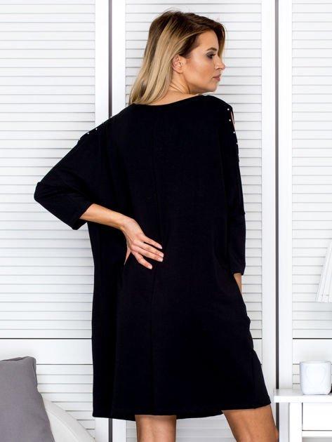 Czarna sukienka damska oversize z perełkami i okrągłą naszywką                              zdj.                              2