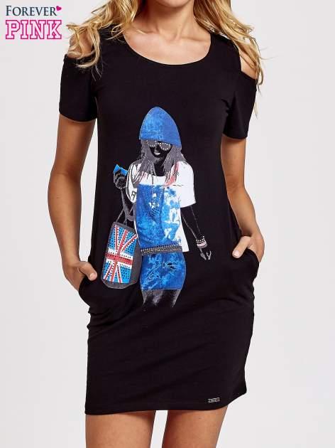 Czarna sukienka dresowa cut out shoulder z nadrukiem dziewczyny                                  zdj.                                  1