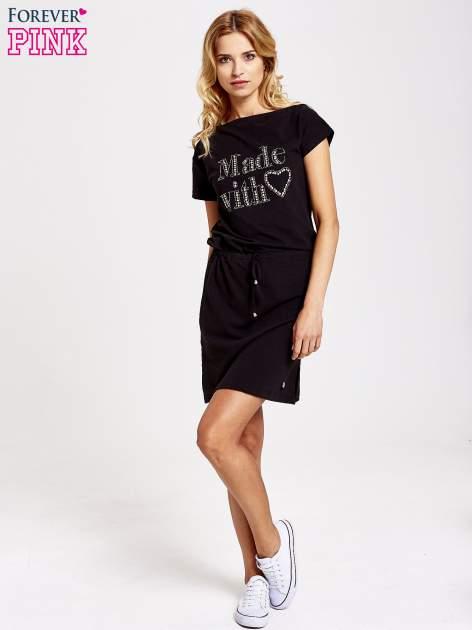 Czarna sukienka dresowa wiązana w pasie z aplikacją z dżetów                                  zdj.                                  2