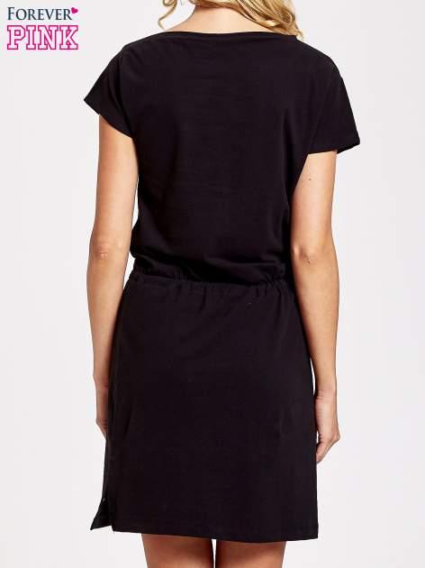 Czarna sukienka dresowa wiązana w pasie z aplikacją z dżetów                                  zdj.                                  4