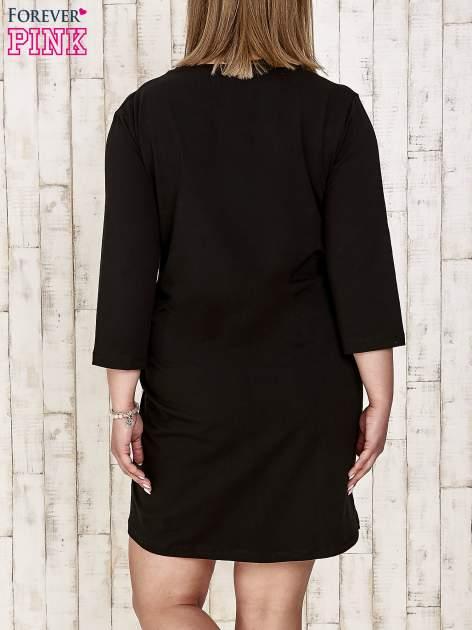 Czarna sukienka dresowa z dżetami PLUS SIZE                                  zdj.                                  4
