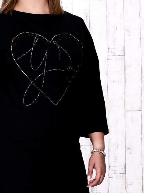 Czarna sukienka dresowa z sercem z dżetów PLUS SIZE                                  zdj.                                  5