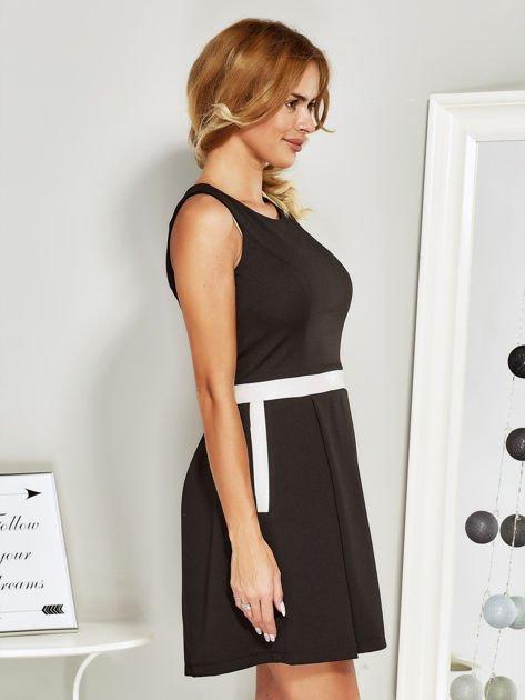 Czarna sukienka koktajlowa ze skórzaną wstawką                              zdj.                              3
