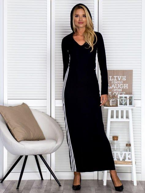 Czarna sukienka maxi z kapturem i białymi pasami z boku                                  zdj.                                  4