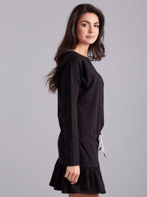 Czarna sukienka oversize z falbaną                              zdj.                              3