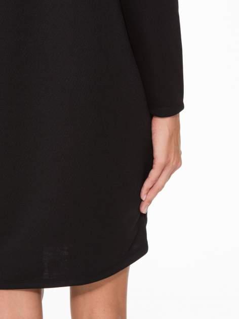 Czarna sukienka oversize z obniżoną linią ramion                                  zdj.                                  8