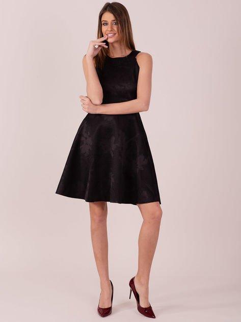 Czarna sukienka w atłasowy kwiatowy wzór                              zdj.                              4