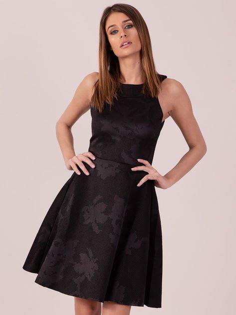 Czarna sukienka w atłasowy kwiatowy wzór                              zdj.                              1