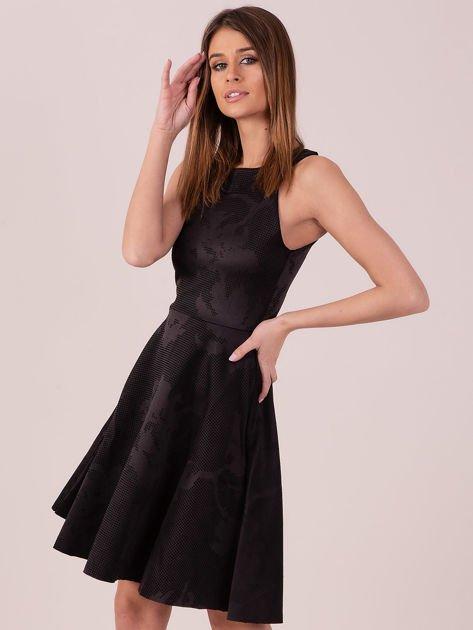 Czarna sukienka w atłasowy kwiatowy wzór                                  zdj.                                  3