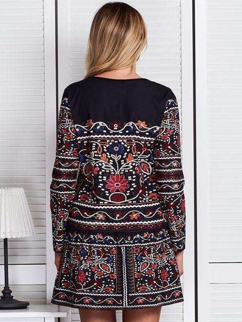 Czarna sukienka w bogaty ornamentowy wzór                              zdj.                              2
