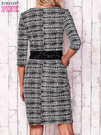 Czarna sukienka w graficzne wzory z koronkową aplikacją                                  zdj.                                  4