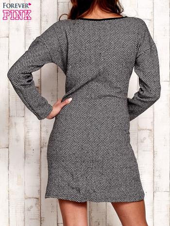 Czarna sukienka w jodełkę z ciemną lamówką przy dekolcie                                  zdj.                                  4