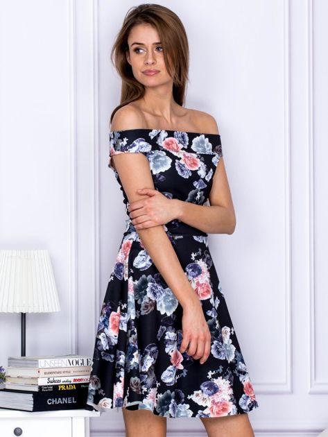 Czarna sukienka w kontrastowe kwiaty                                   zdj.                                  5