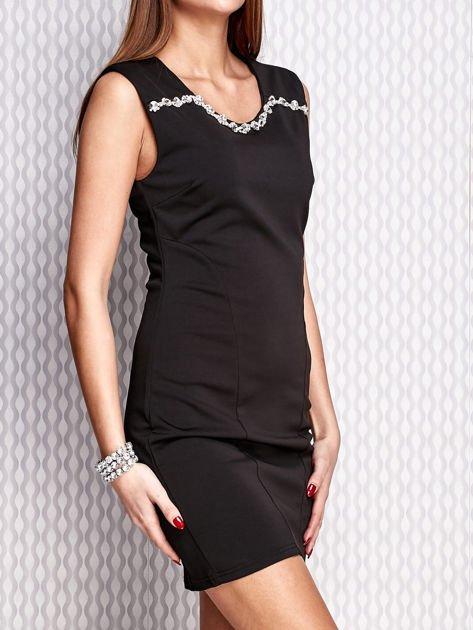Czarna sukienka z bogatym zdobieniem przy dekolcie                                  zdj.                                  3