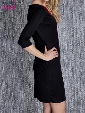 Czarna sukienka z czerwonym wykończeniem przy dekolcie                                  zdj.                                  3