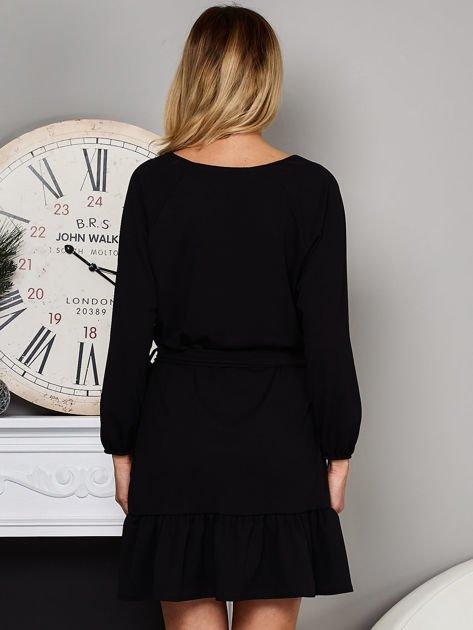 Czarna sukienka z falbaną i wiązaniem                              zdj.                              2