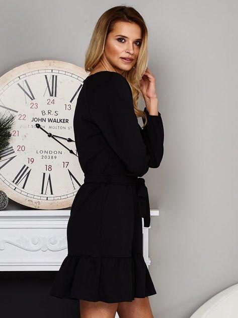 Czarna sukienka z falbaną i wiązaniem                              zdj.                              3