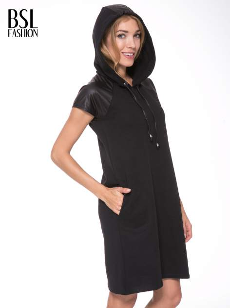 Czarna sukienka z kapturem z wstawkami ze skóry                                  zdj.                                  12