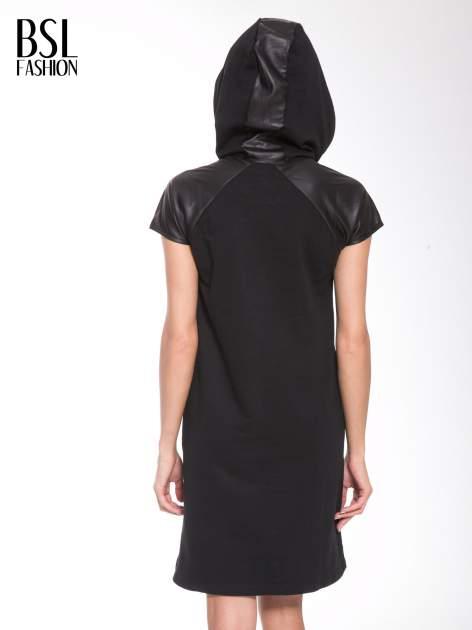 Czarna sukienka z kapturem z wstawkami ze skóry                                  zdj.                                  13