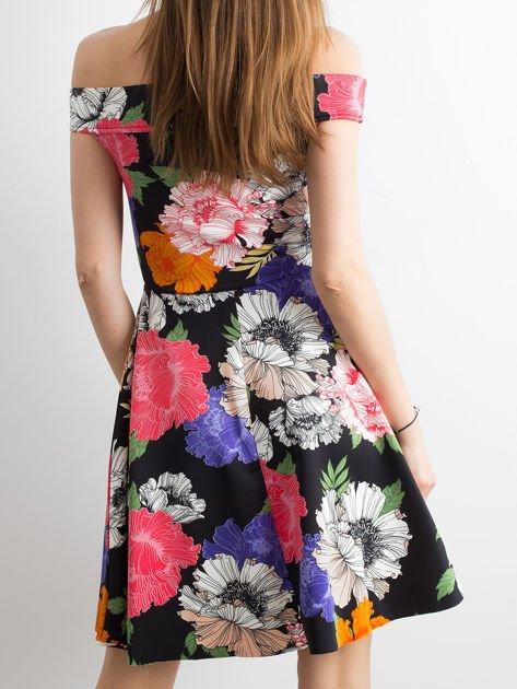 Czarna sukienka z kolorowym kwiatowym deseniem                              zdj.                              2