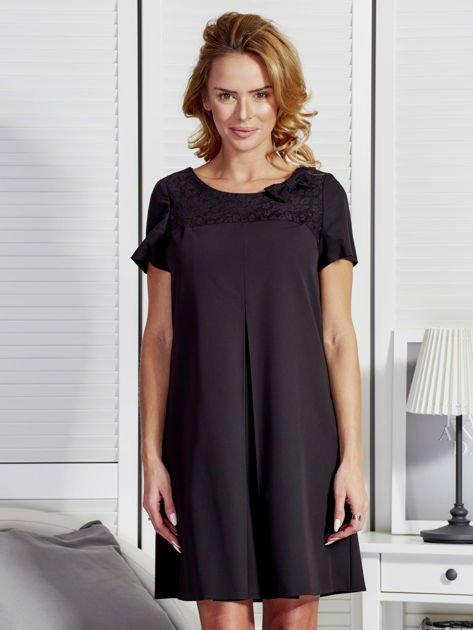 Czarna sukienka z kontrafałdą