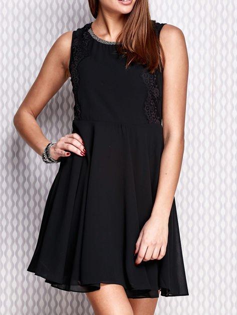 Czarna sukienka z koronkowymi wstawkami                                  zdj.                                  1