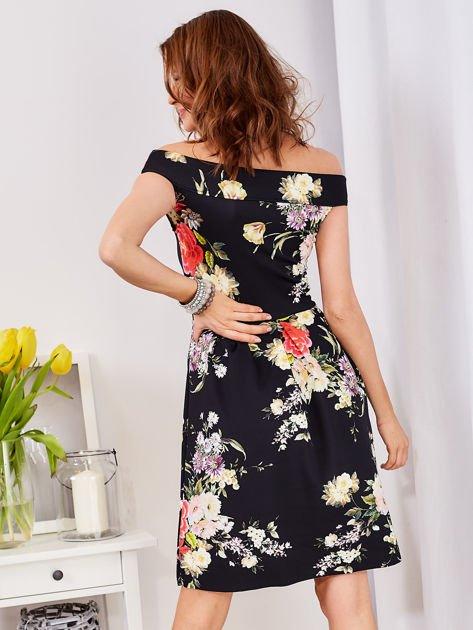 Czarna sukienka z motywem malowanych kwiatów                              zdj.                              2