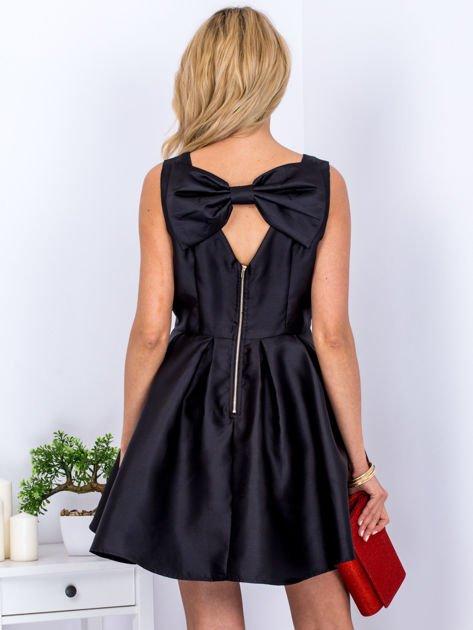 Czarna sukienka z perłowym połyskiem i kokardą                              zdj.                              2