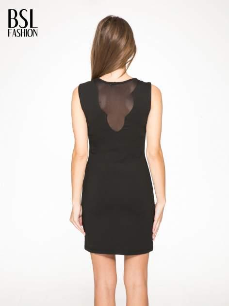 Czarna sukienka z siateczkowymi wstawkami na dekolcie i plecach                                  zdj.                                  4