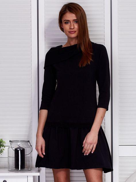 Czarna sukienka z szerokim kołnierzem i koronkową wstawką                              zdj.                              1