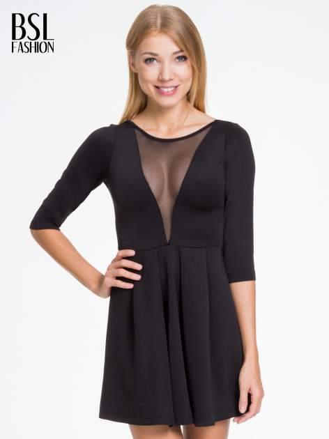 Czarna sukienka z tiulowym głębokim dekoltem