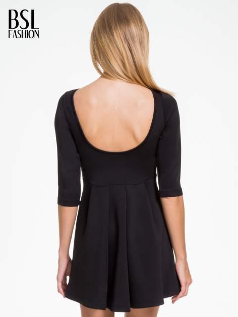 Czarna sukienka z tiulowym głębokim dekoltem                                  zdj.                                  4