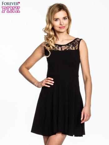 Czarna sukienka z tiulowym wykończeniem