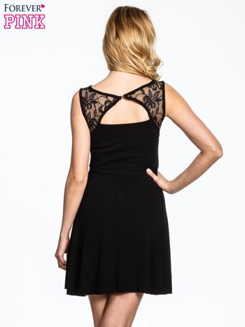 Czarna sukienka z tiulowym wykończeniem                                  zdj.                                  4