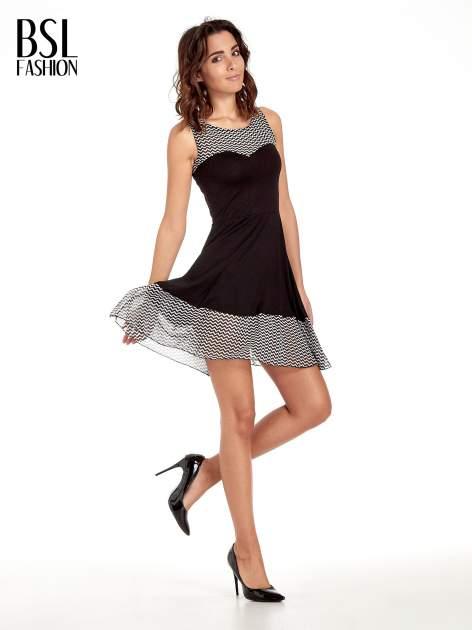 Czarna sukienka z wzorzystą wstawką na górze i falbaną                                  zdj.                                  2
