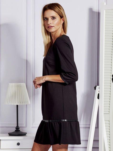 Czarna sukienka ze skórzanymi lamówkami                              zdj.                              3