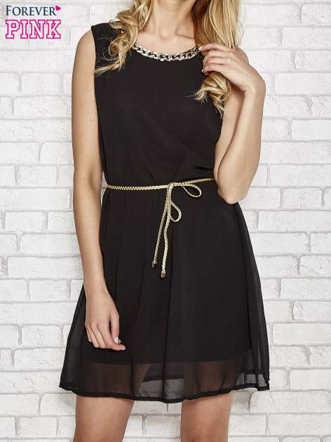 Czarna sukienka ze złotym łańcuszkiem przy dekolcie                                  zdj.                                  1