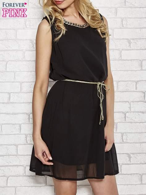 Czarna sukienka ze złotym łańcuszkiem przy dekolcie                                  zdj.                                  3