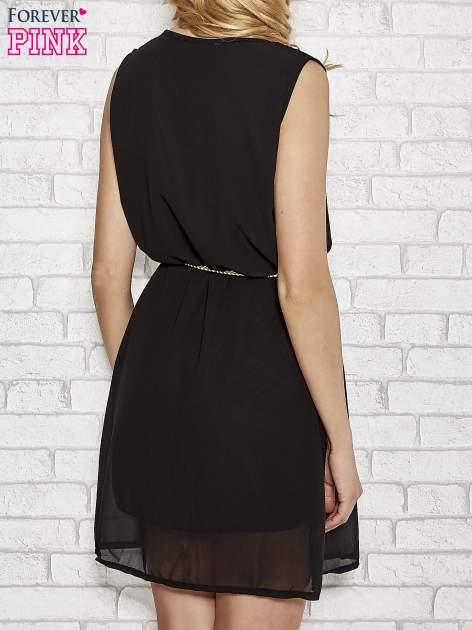 Czarna sukienka ze złotym łańcuszkiem przy dekolcie                                  zdj.                                  4