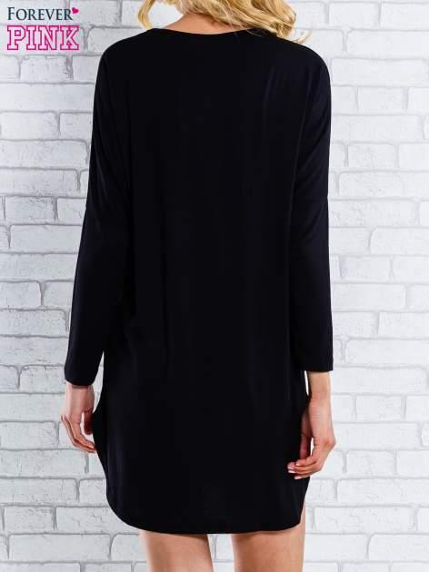 Czarna sukienka ze złotym napisem UNIQUE                                  zdj.                                  4
