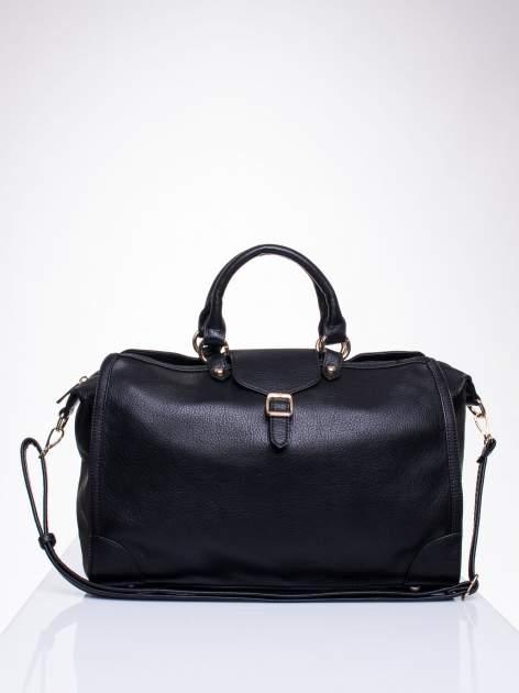 Czarna torba kuferek z klapką