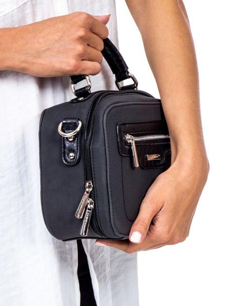 Czarna torba kuferek z motywem skóry węża                              zdj.                              3